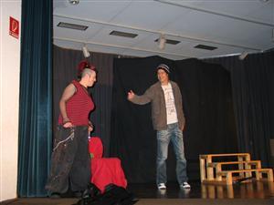 Szene auf der Bühne mit 2 Personen